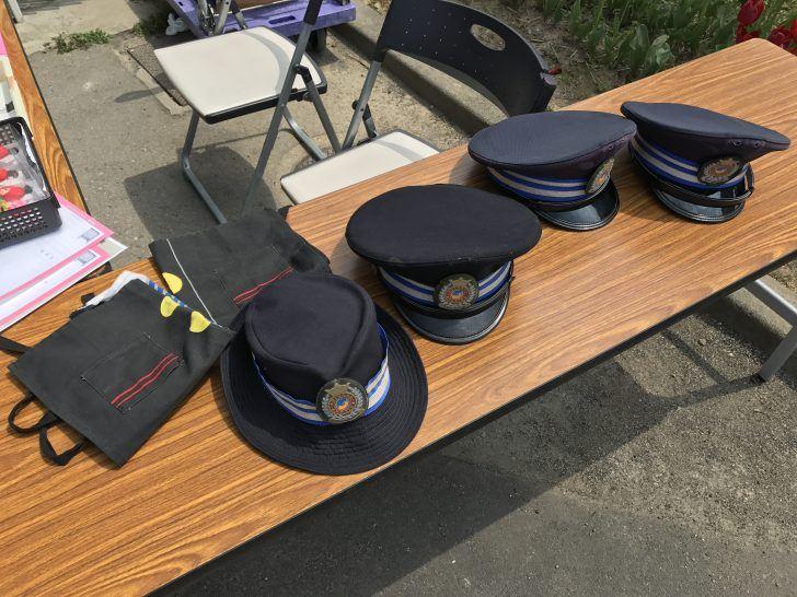 撮影用の帽子と制服に見立てたエプロン